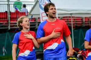 Ingrid og Håkon gjør sitt for å holde smilene oppe for de andre spillerne